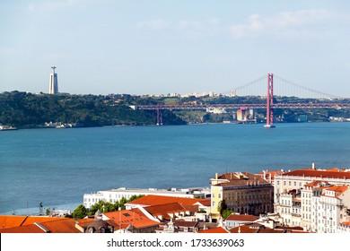 Panoramasicht auf die Brücke vom 25. April (Ponte 25 de Abril), Lissabon, Porugal