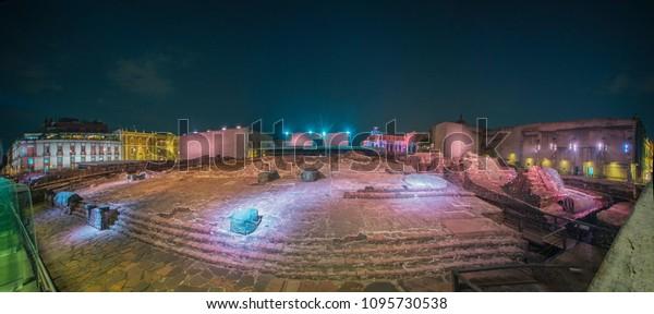 Vista panorámica de la zona arqueológica de Tenochtitlan en el centro de la Ciudad de México por la noche