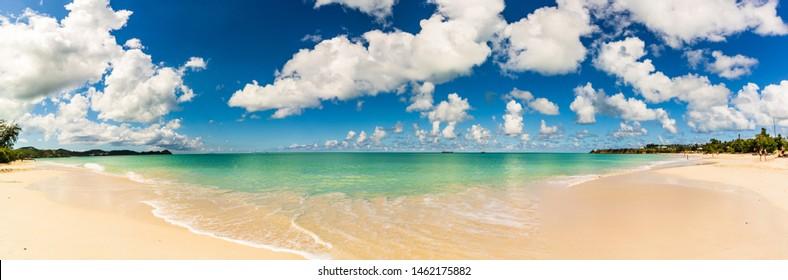 Panoramasicht auf den Strand in St. John's, Antigua und Barbuda, einem Land in den West Indies im Karibischen Meer