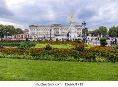 Panoramic view of Buckingham Palace, Victoria Memorial and surrounding gardens in London, England.