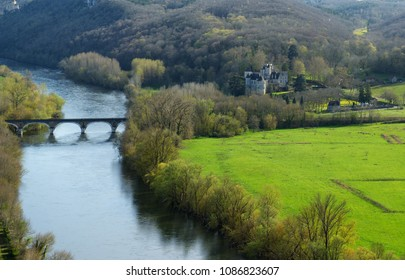 Panoramic view at Dordogne river, with old bridge and manor, seen from Chateau de Beynac. Nouvelle-Aquitaine, France.