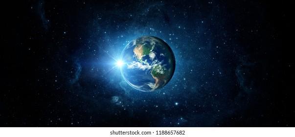 Панорамный вид Земли, солнца, звезды и галактики. Восход над планетой Земля, вид из космоса.