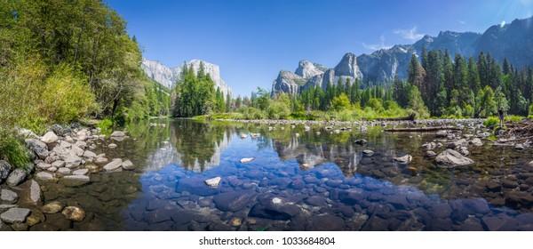 Panoramasicht auf das berühmte Yosemite-Tal mit schönem Merced Fluss an einem sonnigen Tag mit blauem Himmel im Sommer, Yosemite Nationalpark, Kalifornien, USA