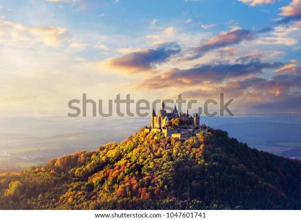 Panoramablick auf das Schloss Hohenzollern bei Sonnenuntergang