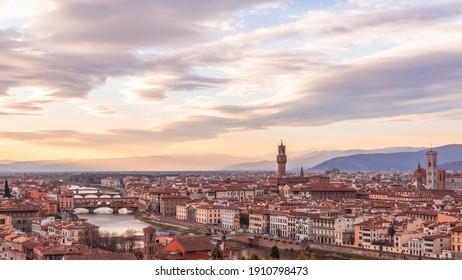 Panoramablick auf das historische Zentrum von Florenz bei Sonnenuntergang. Toskana, Italien