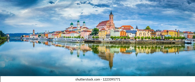 Panoramasicht auf die historische Stadt Passau, die im berühmten Donaufluss bei schönem Abendlicht bei Sonnenuntergang, Bayern, Deutschland