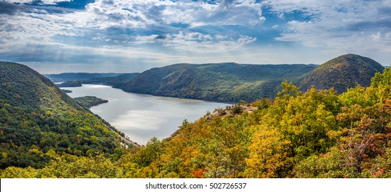 Panoramic view of Hudson River and Hudson Highlands from Breakneck Ridge