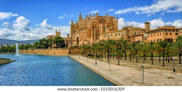 Panoramasicht auf La Seu, die gotische mittelalterliche Kathedrale von Palma de Mallorca, Spanien