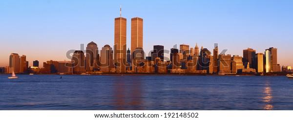 Panoramasicht auf Lower Manhattan und Hudson River, Skyline von New York City, NY mit World Trade Towers bei Sonnenuntergang