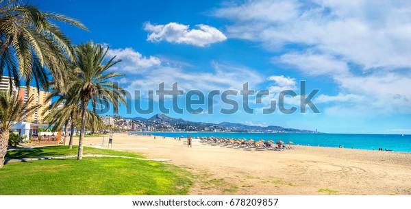 Panoramasicht auf den Strand von Malagueta in Malaga. Costa del Sol, Andalusien, Spanien