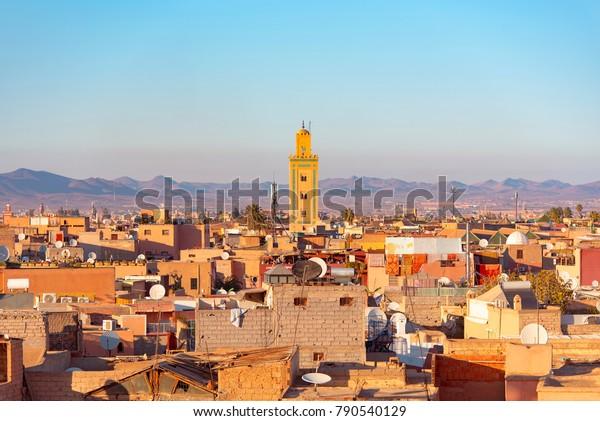 Panoramasicht auf Marrakesch oder Marrakesch mit dem alten Teil der Stadt Medina und Minarett