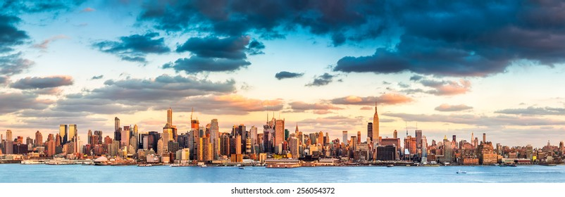 Panoramic view of the midtown Manhattan skyline before sunset (ultra high resolution)
