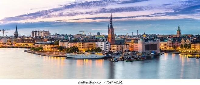 Vista panorámica del casco antiguo (Gamla Stan) en Estocolmo, Suecia en una noche de verano