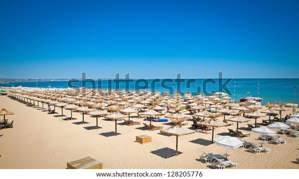 Panoramablick auf den Strand von Varna auf dem Schwarzen Meer in Bulgarien.