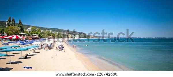 Panoramablick auf den Strand von Varna am Schwarzen Meer in Bulgarien.