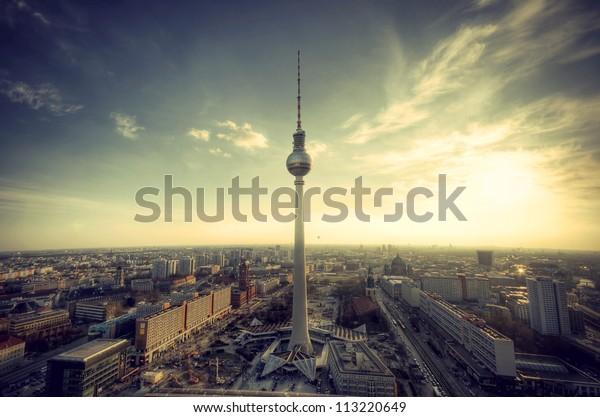 Panoramablick über Berlin am Abend vom Dach des Hotels Park Inn Berlin, Panoramablick auf die Deutschlands, November Berlin am Abend vom Dach des Park Inn Hotel Berlin, Vintage-Restaurant