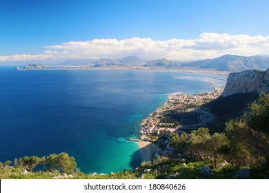 Panoramasicht auf Palermo, die Hauptstadt Siziliens, mit umliegenden Bergen und das Meer vom Monte Pellegrino.