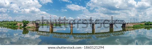 panoramic-view-railway-bridge-across-600