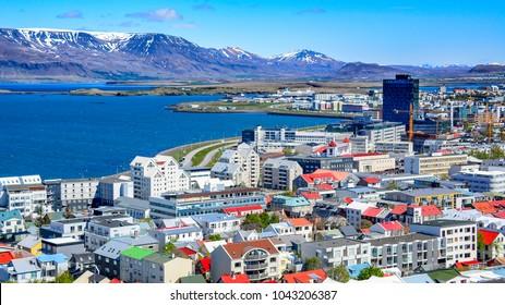 Panoramablick auf Reykjavik, die Hauptstadt von Island, mit Blick auf den Hafen und Berg Esja.