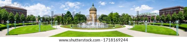 Panoramasicht auf den Rosengarten Mannheim mit Wasserturm-Gebäude