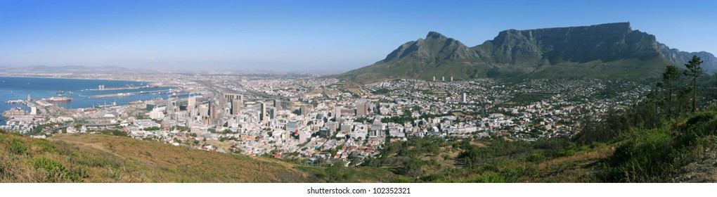 Panoramic view from Signal Hill. From left to right: Cape Town center with its Waterfront on Table Bay, Devil's Peak, Table Mountain and the southern suburbs of Cape Town.