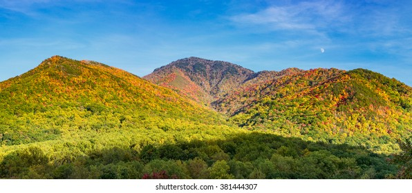 A panoramic view of the Smoky Mountains in the fall