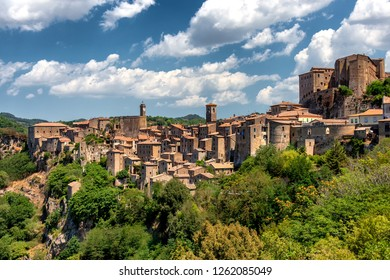 Panoramic view of Sorano, in the Province of Grosseto, Tuscany (Toscana), Italy