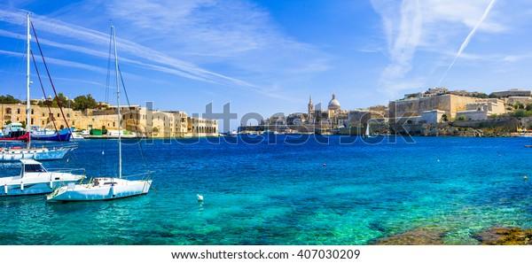 Panoramablick auf Valetta mit Segelbooten im türkisfarbenen Meer. Malta