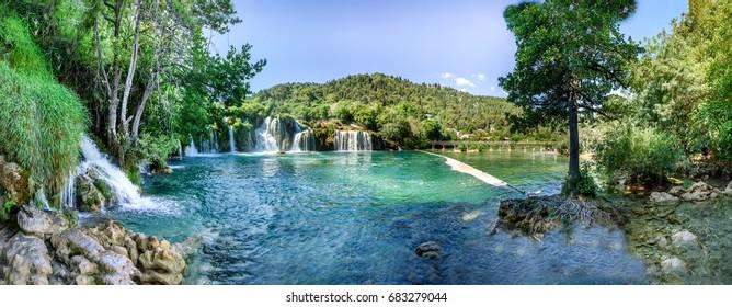 Panoramasicht auf den Wasserfall Skradinski Buk im Krka Nationalpark, einer der bekanntesten Nationalparks und von vielen Touristen besucht.Skradinski Buk:KRKA NATIONAL PARK, KROATIA, 27,2017
