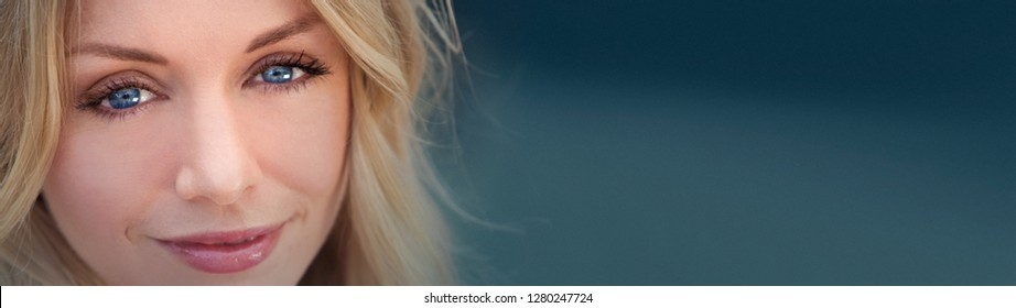 Panorma web bannere portrait of naturally beautiful woman in her twenties with blond hair and blue eyes