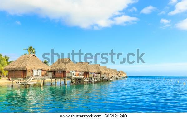フランス領ポリネシア・パペーテ – 2016年10月27日:フランス領ポリネシア、タヒチ・パペテのモオレア島にある美しい海とリゾート地。