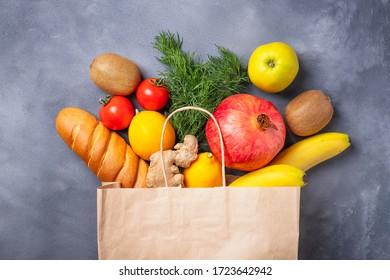 Papiertüte mit Gemüse und Früchten. Verschiedene Lebensmittel in Papiertüte. Top-Ansicht