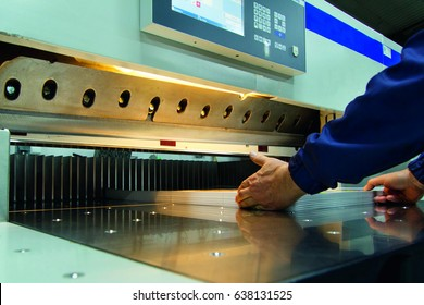 Paper cutter in a printing company