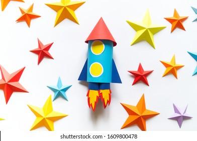 Papierrakete. Origami fesselnde Sterne. Innovation im Bereich Kinderspieltechnologie.
