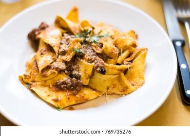 Pappardelle mit Wildschweinsauce, toskanische Küche