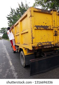 papua, indonesia - Des 24, 2018. Local government services to the community in waste management. such as transporting garbage, cleaning city roads, etc.