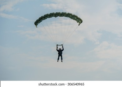 parachuting soldiers , Military Parachute