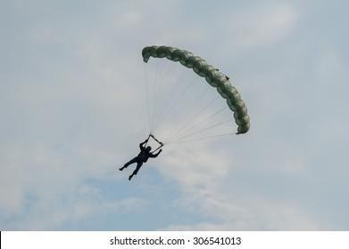 parachuting soldiers , Military Parachute