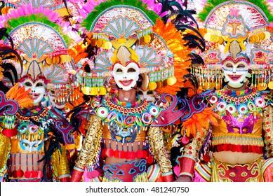 Desfile de coloridas máscaras sonrientes en el Festival Masskara, Ciudad de Bacolod, Filipinas