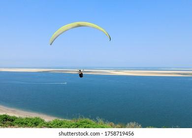 Parapente volant à la Dune de Pyla, Pyla-sur-Mer, commune de Teste-de-Buch (33), département de la Gironde, région Atlantique, France.