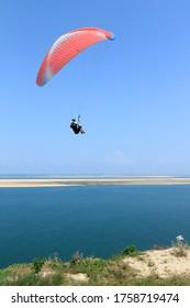 Parapente volant sur la plus haute dune d'Europe, la dune du pyla, France