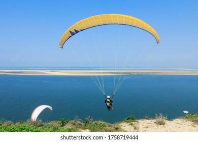 Parapente sur la dune du Pilat, devant le Banc d'Arguin, à Pyla-sur-mer, France