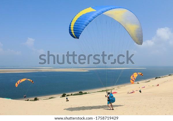 Parapente prête à décoller sur la dune de Pilat, à Pyla-sur-mer, France