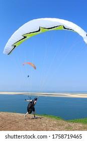 Le parapente au décollage, sur la Dune de Pilat, la plus haute dune d'Europe à Pyla-sur-Mer, France