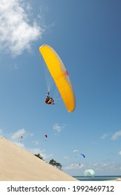 Parapente sur la dune de Pyla vue d'un petit angle avec le ciel bleu