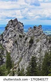 Des pilotes de parapente dans les montagnes alpines.