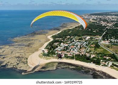 Parapente vue du ciel, commune de l'île d'oléron, dans le département de la Charente-Maritime, dans la région Poitou-charentes, France