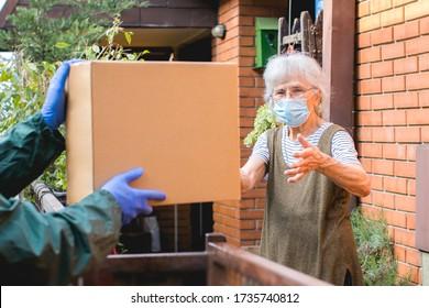 Paketschachtel für ältere Menschen während der Epidemie-Sperrung