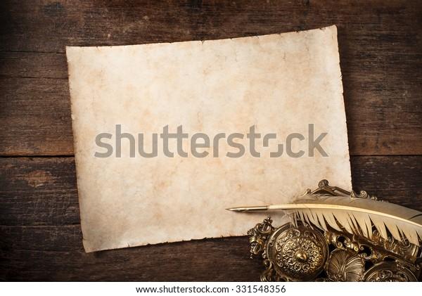 foto de pergamino en viejo escritorio de escritor, : Foto de stock (editar ...