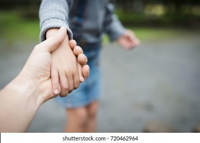Pai e criança brincando no parque